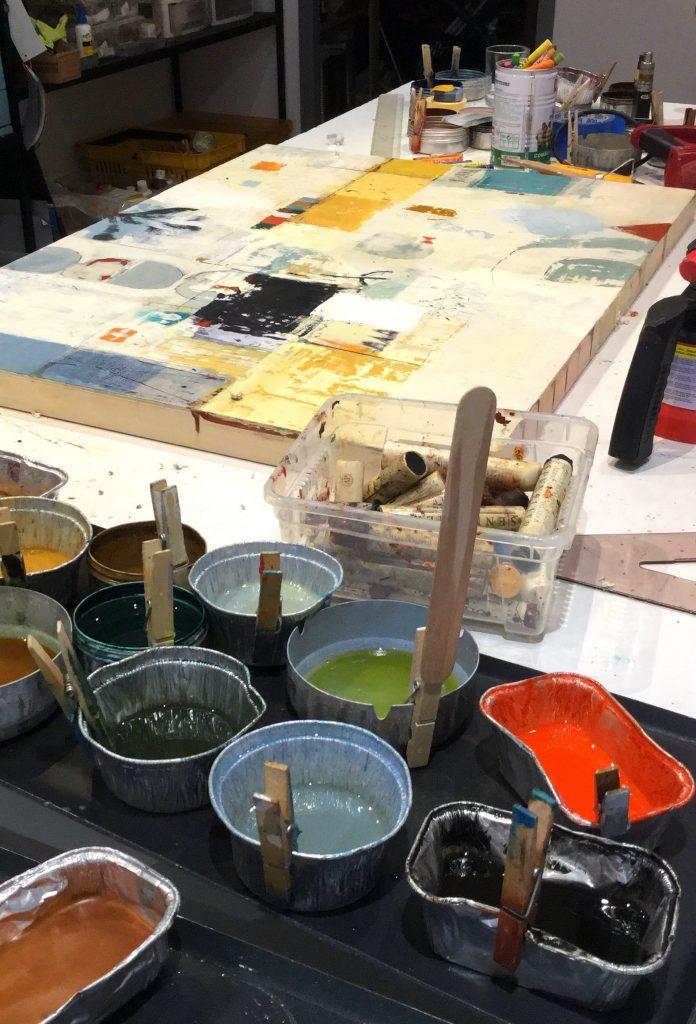Table de travail dans l'atelier de Sophie Van Moffaert